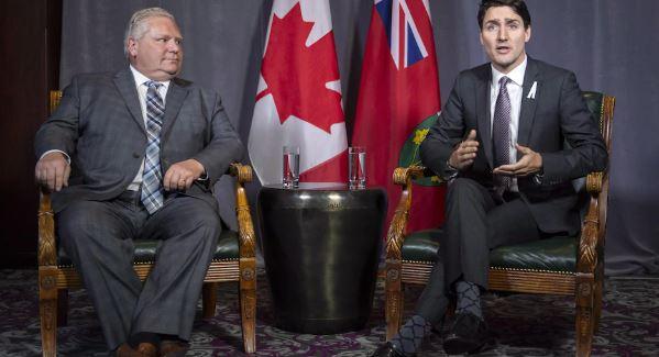 من اليمين جوستان ترودو وإلي اليسار رئيس حكومة أونتاريو دوغ فورد الذي لا يبدي تعاونا مع الحكومة الكندية في مجال طالبي اللجوء/الصحافة الكندية بول شياسون