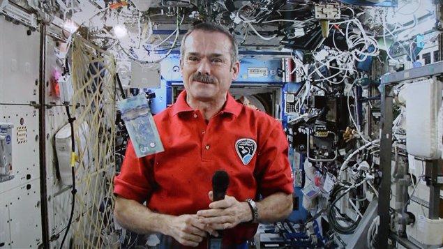 رائد الفضاء الكندي كريس هادفيلد على متن المحطة الفضائية الدولية في نيسان ابريل 2013/Sean Kilpatrick/CP