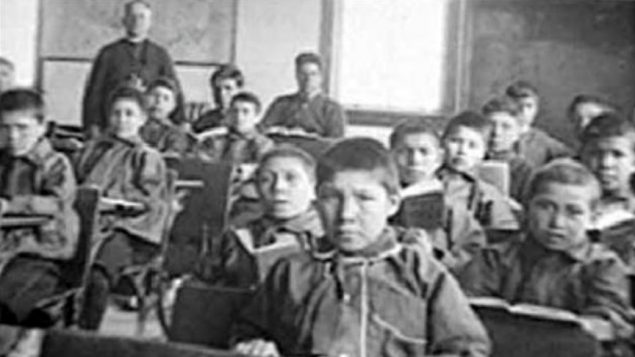 كان الهدف من إنشاء المدارس الداخلية هو استيعاب أطفال السكان الأصليين بالقوة داخل المجتمع الكندي - Archives