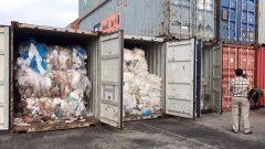 حاويات مليئة بنفايات بلاستيكيّة تمّ العثور عليها في سيهانوكفيل في كمبوديا/ Sea Seakleng/ AP