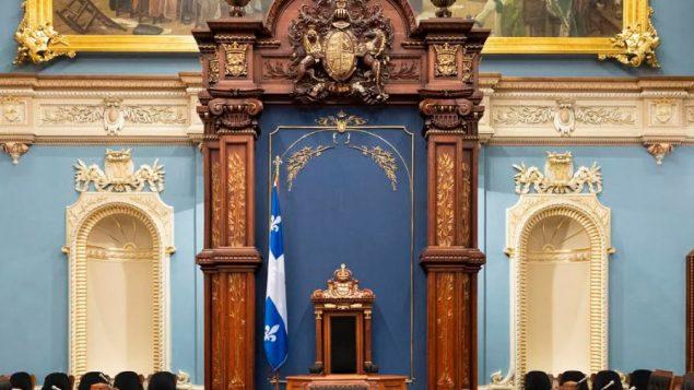 القاعة الزرقاء في الجمعية الوطنية في كيبيك ، بعد نزع الصليب - Radio Canada
