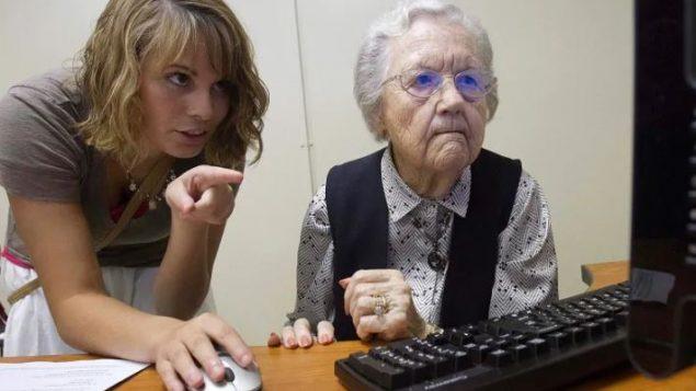 مسنّة كنجدية تتدرّب على استعمال الانترنت (أرشيف) - Matt McKean / The TimesDaily / Associated Press