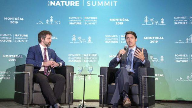 جوستان ترودو وستيفن غيلبو في موقف توضيحي من الدفاع عن البيئة/الصحافة الكندية