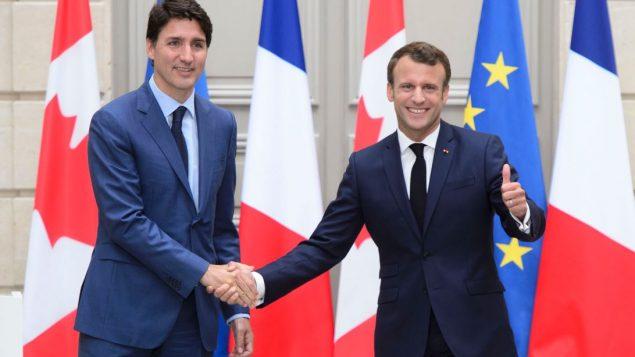 الرئيس الفرنسي ايمانويل ماكرون (إلى اليمين) مستقبلا رئيس الحكومة الكنديّة جوستان ترودو في قصر الاليزيه في 07-06-2019/Sean Kilpatrick / CP