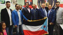 عبد الكريم سعيد (في الوسط) رئيس مكتب المجلس الانتقالي الجنوبي في كندا محاطا بعدد من ممثّلي المجموعة لدى افتتاح المكتب في اوتاوا في 29-06-2019/ TWITTER