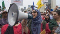 معظم المشاركين في المظاهرة من أصل باكستاني أو لديهم عائلة أو أصدقاء في المنطقة كما كان بالإمكان رؤية الأعلام الباكستانية في الحشد - Radio Canada
