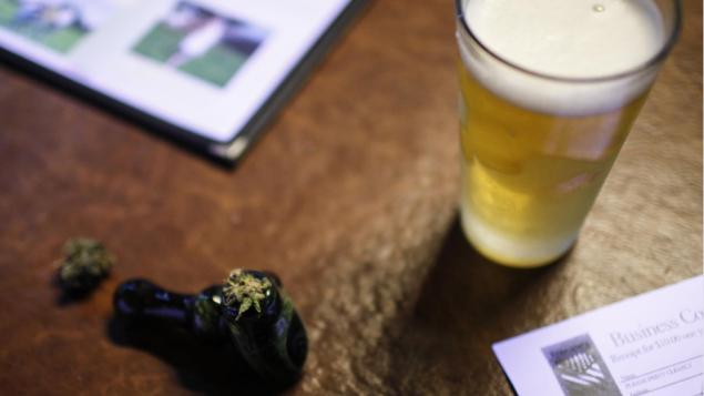 أهل مقاطعة كيبيك مدركون لمخاطر استهلاك الكحول والقنب في آن معا بعد نحو 10 شهور على تشريع الماريجوانا في البلاد حقوق الصورة:REUTERS / NICK ADAMS