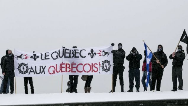 """عناصر من مجموعة """"أتالاند"""" اليمينية المتطرفة في مدينة كيبيك - (أرشيف) - Radio Canada / Maxime Corneau"""