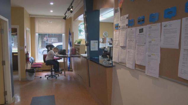 أحد مراكز التوظيف الحكومية في مونتريال ونرى اللوائح الطويلة لوظائف شاغرة /Radio Canada