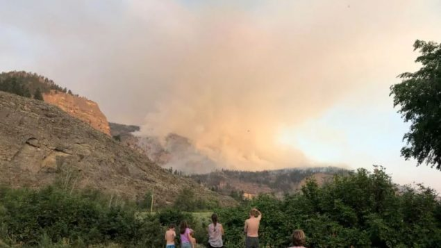السكّان على أهبة الاستعداد لإخلاء منازلهم إن دعت الحاجة مع توسّع نطاق حريق الغابات في إيغل بلوف في بريتيش كولومبيا/Rhianna Schmunk/CBC/هيئة الاذاعة الكنديّة