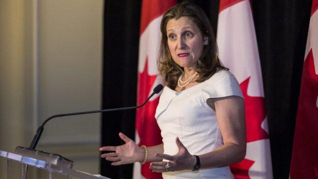 وزيرة الخارجيّة الكنديّة كريستيا فريلاند دعت في بيان مشترك وقّعته مع وزيرة السياسة الخارجيّة في الاتّحاد الأوروبي فيديريكا موغيريني إلى الحفاظ على الحريّات الأساسيّة في هونغ كونغ /Nick Kozak/PC