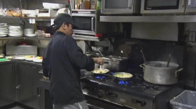 تقرير منظّمة التعاون الاقتصادي والتنمية يشير إلى طفرة في الطهاة من بين سواهم من العمّال المؤقّتين في كندا/CBC/ هيئة الاذاعة الكنديّة