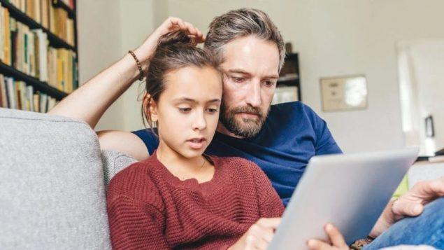 في 2017-2018، أعلنت الحكومة الكندية عن ميزانية قدرها 13.2 مليون دولار على مدى خمس سنوات لمساعدة الأسر الكندية ذات الدخل المحدود للحصول على خدمة الإنترنت  - iStock