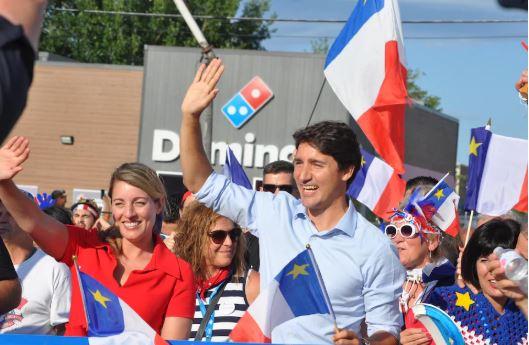 جوستان ترودو، رئيس الحكومة الكندية برفقة ميلاني جولي وزيرة الفرنكفونية في احتفالات اليوم الوطني الأكادي في دييب - RADIO-CANADA / NICOLAS STEINBACH