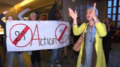 من بين المتظاهرين ، ردّدت المعلمات المسلمات المحجبات عدم ارتياحهن للقانون الجديد، على الرغم من أن العديد منهن يتمتعن بحق مكتسب في ارتداء الحجاب لأنهن وُظّفن قبل 28 آذار مارس من العام الجاري، وفقا لما ينص عليه القانون - Radio Canada