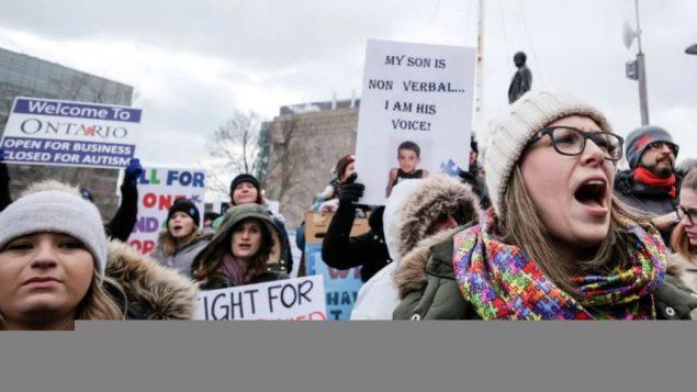 أثارت خطّة حكومة اونتاريو لإصلاح برنامج المساعدات لمرضى التوحّد موجة مظاهرات في المقاطعة/ Evan Mitsui/CBC/ هيئة الاذاعة الكنديّة