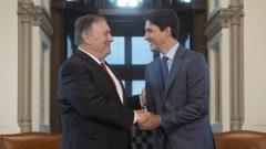 رئيس الحكومة الكنديّة جوستان ترودو (إلى اليمين) يصافح وزير الخارجيّة الأميركي مايك بومبيو/Adrian Wyld/CP