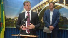 عمدة سسكتون تشارلي كلارك (إلى اليمين) و المدير الاداري للبلديّة جيف يورغنسون أكّدا أنّ البلديّة ستبذل جهدها لاسترجاع الأموال التي فقدتها في عمليّة الاحتيال/Radio-Canada