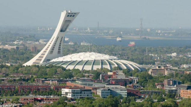 سيرك الشمس يبحث في مشروع لإضاءة الاستاد الأولمبي في مونتريال وبرجه بمؤثّرات ضوئيّة و شرائط فيديو ثلاثيّة الأبعاد/ Adrian Wojcik/Getty Images