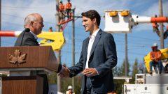 رئيس الحكومة جوستان ترودو (إلى اليمين) يصافح رئيس حكومة بريتيش كولومبيا جون هورغان/Maggie Macpherson/Radio-Canada