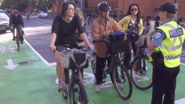 غالبا ما تصدر الشرطة غرامات ضد الدراجين بسبب عدم احترام الضوء الأحمر، وارتداء السماعات أولأنهم لم يتوقّفوا عند علامات التوقف - Jay Turnbull / CBC