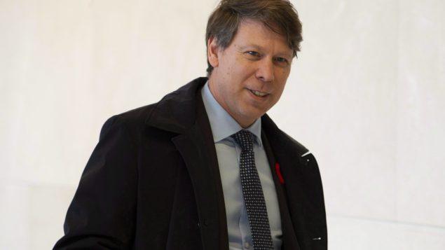 ستيفان بيرو المدير العام لهيئة الانتخابات الكنديّة يعتبر أنذ فرز الأصوات اليدوي هو الوسيلة الأكثر أمانا في الانتخابات التشريعيّة المقبلة /Adrian Wyld/CP