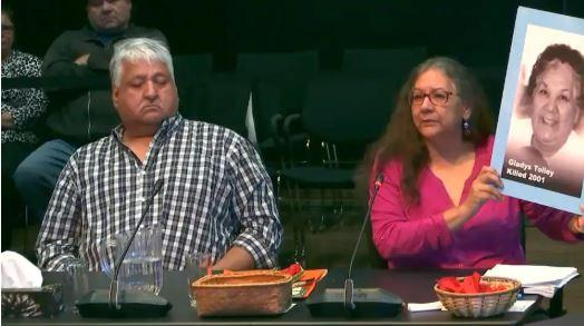 إحدى نساء السكان الأصليين حاملة صورة أمها المغتالة - Radio Canada / Thomas Deshaies
