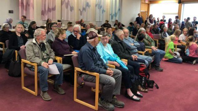 حضور كثيف في جلسة المجلس البلدي في وايتهورس لدى التصويت على اعلان حالة الطوارئ البيئيّة/Mike Rudyk/CBC/هيئة الاذاعة الكنديّة