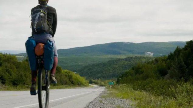 الكندي ديف كوكس قطع مسافة 9 آلاف كيلومتر على درّاجته الأحاديّة في رحلة استمرّت 4 اشهر في كندا/Dave Cox