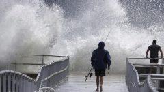 الإعصار دوريان وهو يضرب شواطئ فلوريدا في الولايات المتحدة - Associated Press / Joe Burbank
