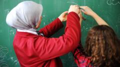 إن قانون علمانية الدولة الذي وضع حيز التنفيذ حزيران/يونيو الماضي يجبر كافة المعلمين الذين التحقوا بالعمل بعد تاريخ 27 مارس 2019 على التخلي عن ارتداء أي رمز ديني/PHOTO : GETTY IMAGES/ISTOCKPHOTO/ZURIJETA