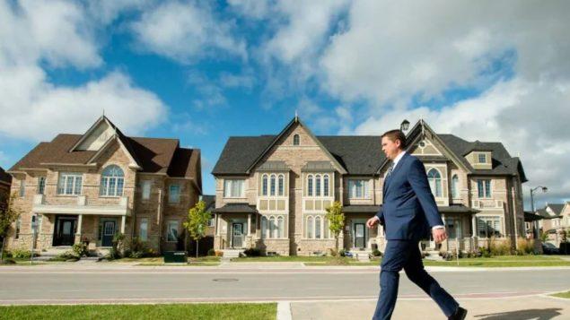 زعيم حزب المحافظين الكندي أندرو شير يسعى لربط اسم جوستان ترودو بأسماء زعماء ليبراليّين سابقين في أونتارية لا يحظون بشعبيّة قويّة من قبل الناخبين/Nathan Denette/CP