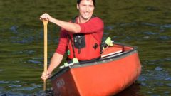 جوستان ترودو، زعيم الحزب الليبرالي الكندي، يصل على متن قارب إلى ندوة صحفية عقدها اليوم في سودبوري 26.09.2019 - The Canadian Press / Ryan Remiorz