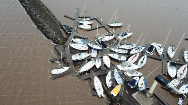 قوارب شراعيّة تقاذفتها الأمواج في نادي اليخوت في خليج شدياك في مقاطعة نيو برنزويك/Gilles Maillet