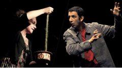 وليمة بابل، هي بمثابة حكايتان في حكاية يرويهما الحكواتي الجزائري الفرنسي رشيد بوعلي (إلى اليمين) والحكواتية الجزائرية عيني إفتن - Festival interculturel du conte de Montréal
