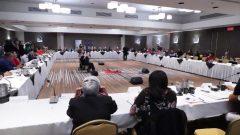 """اجتمع أمس الخميس ثلاثون زعيماً من الأمم الأوائل في كيبيك والإنويت مع خمسة وزراء من حكومة فرانسوا لوغو ونائبين من حزب التحالف من أجل مستقبل كيبيك """"الكاك"""" - Radio Canada Frederic Bissonnette /"""