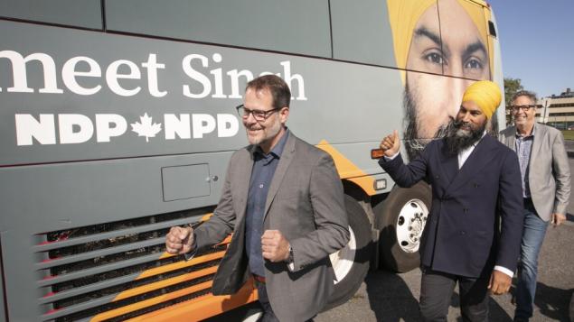 الناجي الوحيد من غرق الحزب الديموقراطي الجديد في مقاطعة كيبيك في الانتخابات الفدرالية الأخيرة النائب عن روزمون في مونتريال ألكسندر بولريس وهو الأول في الصورة/ RADIO-CANADA / IVANOH DEMERS