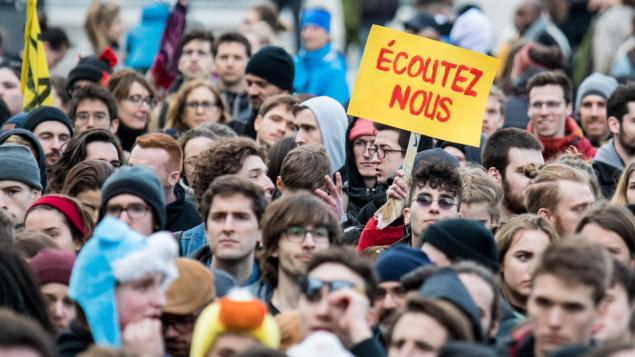 آلاف من المتظاهرين الشباب في شكل خاص في شوارع مونتريال في تظاهرات ضد التغييرات المناخية جرت في آذار/مارس الماضي/ GETTY IMAGES / AFP / MARTIN OUELLET-DIOTTE
