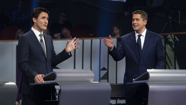 (من اليمين إلى اليسار) : أندرو شير (حزب المحافظين الكندي)، جوستان ترودو (الحزب الليرالي الكندي)- The Canadian Press /Adrian Wyld