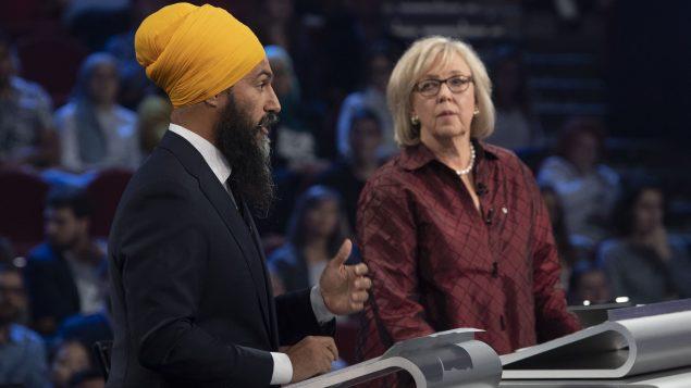 (من اليمين إلى اليسار) : إليزابيث ماي (حزب الخضر) و جاغميت سينغ (الحزب الديمقراطي الجديد) - The Canadian Press / Adrian Wyld