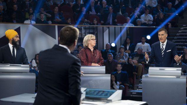 (من اليمين إلى اليسار) :  ماكسيم برنييه (حزب الشعب في كندا)، إليزابيث ماي (حزب الخضر) و جاغميت سينغ (الحزب الديمقراطي الجديد) - The Canadian Press / Chris Wattie