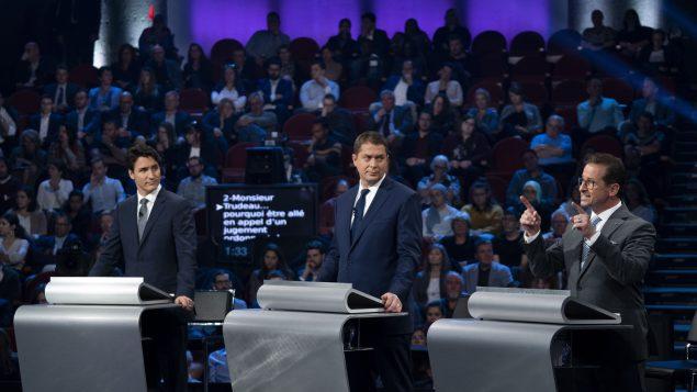 (من اليمين إلى اليسار) : إيف-فرانسوا بلانشيه (الكتلة الكيبيكية)، أندرو شير (حزب المحافظين الكندي)، جوستان ترودو (الحزب الليرالي الكندي) - The Canadian Press / Chris Wattie