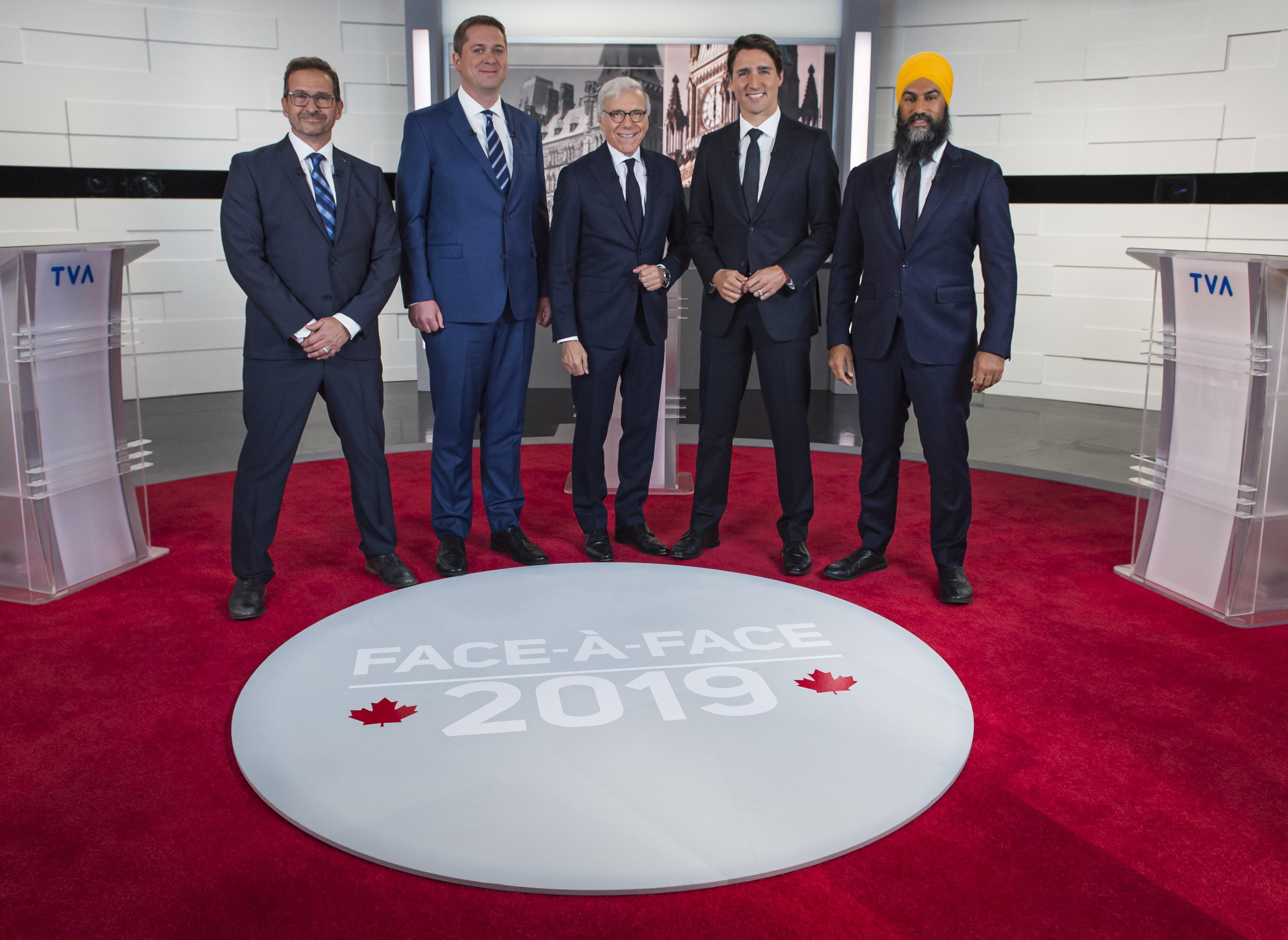 من اليمين إلى اليسار : جاغميت سينغ، الحزب الديمقراطي الجديد، جوستان ترودو، الحزب الليبرالي. بيار برونو مقدّم الأخبار على شبكة TVA ومنشط المناظرة، أندرو شير، حزب المحافظين وإيف-فرانسوا بلانشيه، الكتلة الكيبيكية - The Canadian Press / Joel Lemay / POOL