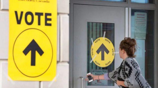 يتوجّه الناخبون الكنديون إلى صناديق الإقتراع يوم 21 أكتوبر تشرين الأول - Peter Power / The Canadian Press