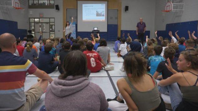 دورة توعية على خطر استخدام الهاتف الذكي أثناء القيادة لطلّاب مدرسة في غويلف في أونتاريو/Radio-Canada