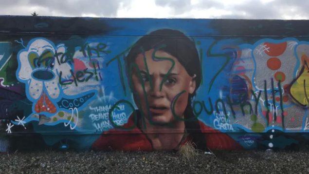 جدارية في ادمنتون تحمل صورة الناشطة البيئية غريتا تونبرغ بعد تشويهها - Radio Canada Andreane Williams /