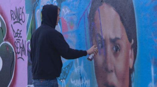 شاب يشوّه جدارية تحمل صورة الناشطة البيئية غريتا تونبرغ في ادمنتون - Radio Canada / Gabrielle Brown