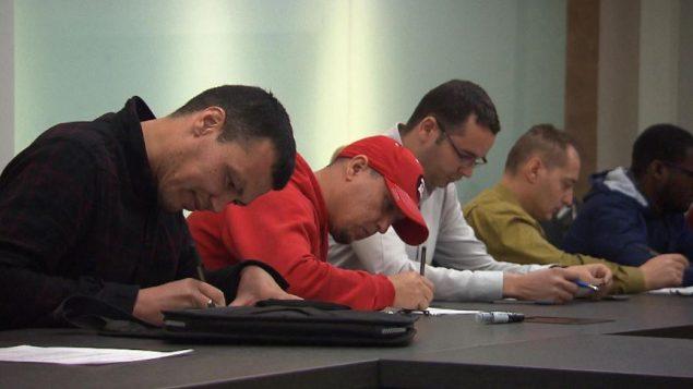 غالبًا ما يشغل المهاجرون الجدد وظائف ذات رواتب أقل من العمال المولودين في كندا - Radio Canada