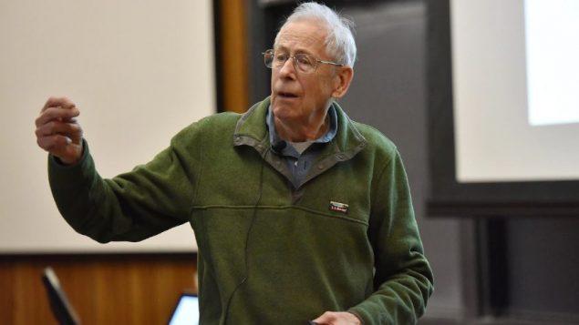 عالم الكونيات الكندي-الأمريكي جيمس بيبلز وهو يلقي محاضرة في جامعة برينستون الأمريكية (أرشيف) - / Via Reuters Courtesy