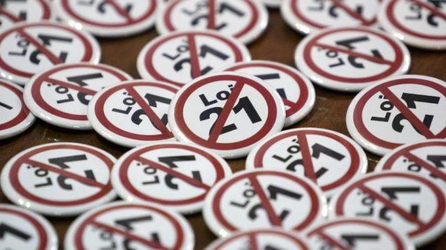 نياشين ضدّ قانون العلمنة في كيبيك المعروف بالقانون 21 - The Canadian Press / Paul Chiasson